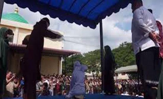 """بالفيديو : إندونيسيا.. جلد 11 شخصا بينهم بوذي بسبب """"علاقات حميمية"""""""