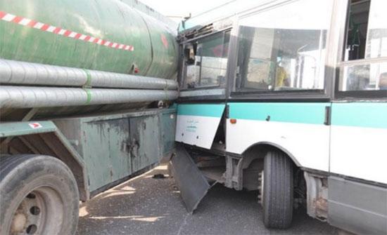 إصابات بالجملة بحادث تصادم  حافلة وصهريج في الزرقاء