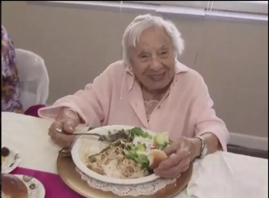 صور: عجوز في الـ107 من عمرها تكشف عن سر عمرها المديد