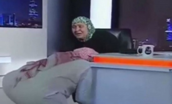 أم مصرية تلتقي بابنها السعودي الغائب ويقبل قدمها (شاهد)