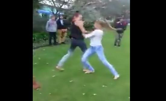 """""""مصارعة حرة"""" بين فتاتين في الشارع (فيديو)"""