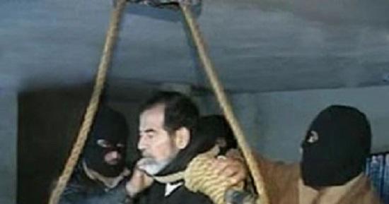 شاهد.. قبل إعدامه صدام كان ينظر إلى شيئا ما ويبتسم !