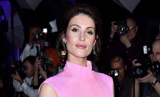 """بالصور.. الوردي يطغى على أزياء نجمات بريطانيا في حفل """"BIFA"""""""