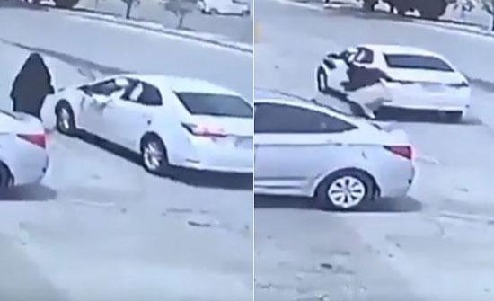 شاهد: لحظة سرقة حقيبة امرأة بالرياض وسحلها على الأرض
