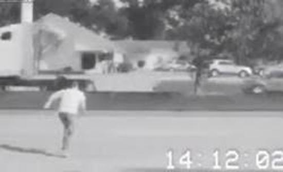لحظة مصرع شاب دهسا أثناء عبوره الطريق (فيديو)