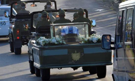 رماد فيدل كاسترو يصل إلى سانتا كلارا ليتوقف بالقرب من ضريح تشي غيفارا