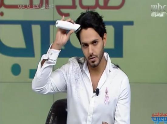 بالفيديو: مذيع MBC بدر آل زيدان يفاجئ المشاهدين بحلاقة شعر رأسه على الهواء