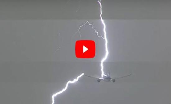 بالفيديو.. البرق يضرب طائرة ركاب هولندية أثناء إقلاعها