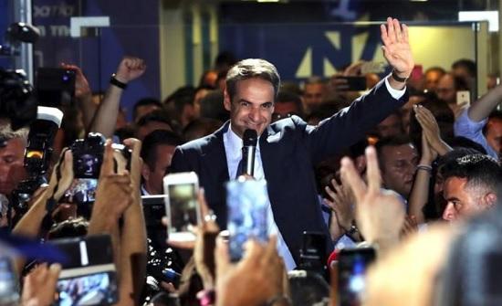 المحافظون في اليونان يفوزون بالانتخابات ويتعهدون بتقليص الضرائب