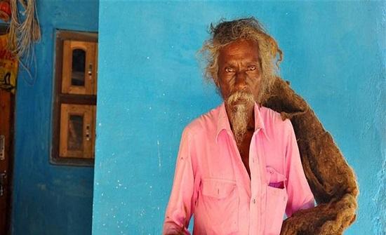 يعتبره نعمة من الله.. رجل يرفض غسل شعره منذ 40 عاماً!