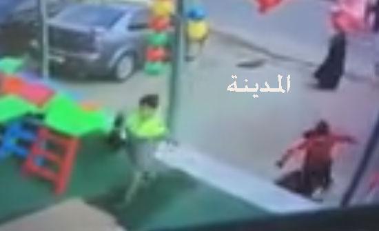 بالفيديو : لحظة سقوط الطفلة في الحفرة الامتصاصية بخريبة السوق