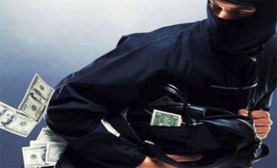 بريطانيا: شرطي يسرق مبلغاً مالياً من ميت!