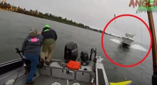 شاهد: لحظة اصطدام يخت خارج عن السيطرة بمركب صيد ونجاة 3 أشخاص من الموت بأعجوبة