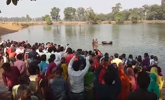 قرية هندية تقيم جنازة حاشدة لتمساحها المعمر المحبوب