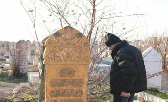 بالصور - موقف مؤثر لفنان سوري على قبر والدته التي لم يزرها منذ 6 سنوات