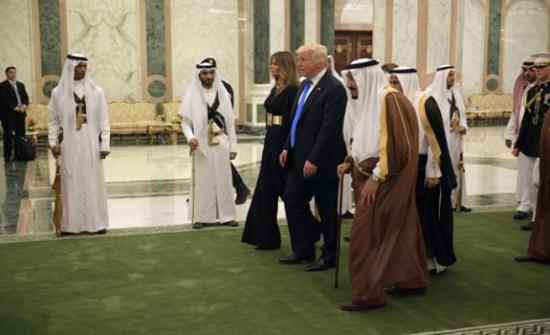 الملك سلمان يُعلّم ترامب شرب القهوة العربية (شاهد)