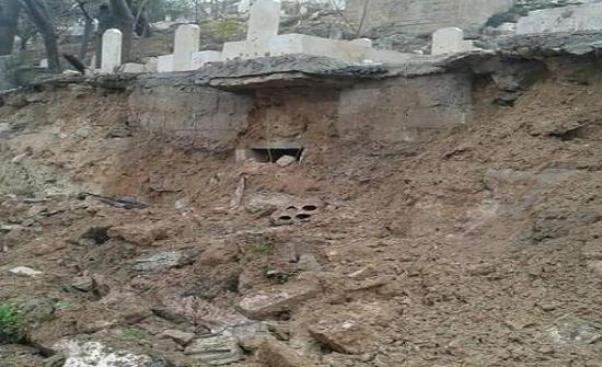 بسبب الامطار .. انهيار سور مقبرة في السلط