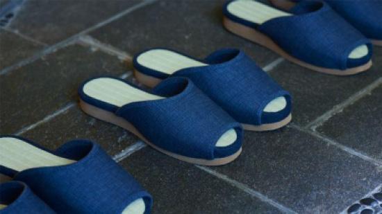 """بالفيديو والصور: """"نيسان"""" تطور أول أحذية ذاتية الركن في العالم"""