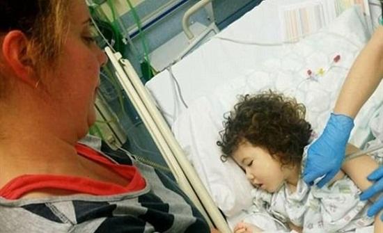 مشهد مؤثر لأب يبكي ويحتضن ابنته بعد إصابتها بورم في المخ.. صور