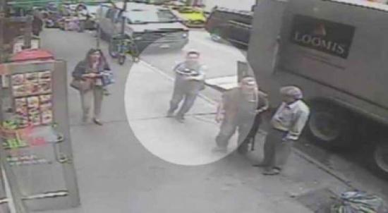 بالفيديو: لصّ يسرق ذهباً بقيمة 1.6 مليون دولار من شاحنة بنيويورك