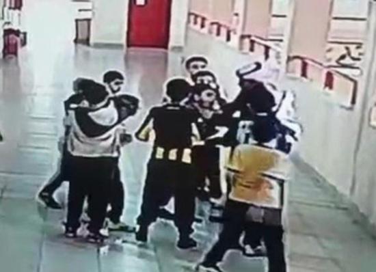 فيديو بطولي وإنساني.. معلم ينقذ حياة طالب بعد ابتلاعه قطعة بلاستيكية بمدرسة إبتدائية