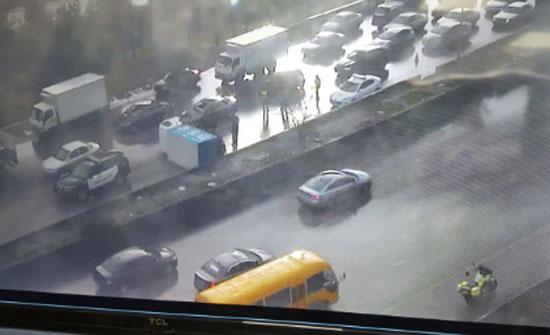 حادث سير يسبب أزمة مرورية خانقة على طريق المطار (شاهد)