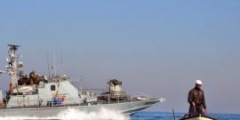 غزة: الاحتلال يعتقل صيادين بعد اغراق قاربهم
