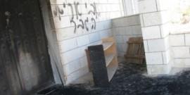 مستوطنون يضرمون النار في منزل في قرية فلسطينية