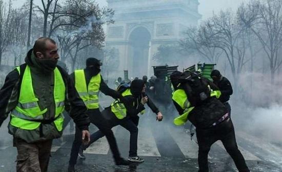 متظاهرو فرنسا يستهدفون قصر الرئاسة.. والأمن يرد بقنابل الغاز
