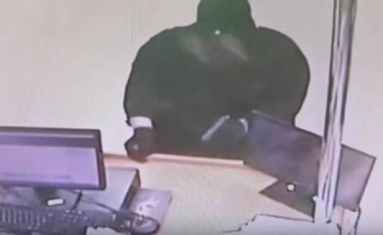 بالفيديو.. لص مسلح بملابس نسائية يسطو على صيدلية!!