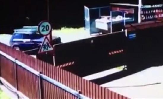 لص مخمور يفشل في الفرار بسيارة والدة صديقه (فيديو)