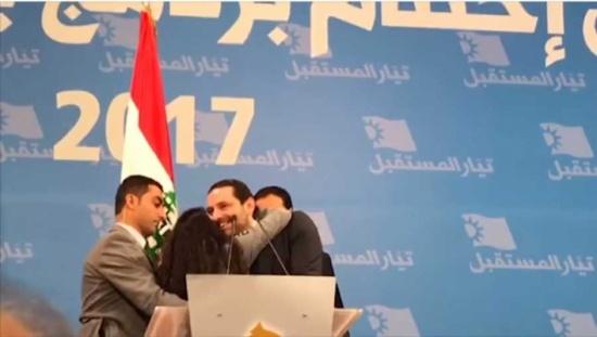 على طريقة تامر حسني… معجبة تركض نحو سعد الحريري وتعانقه!