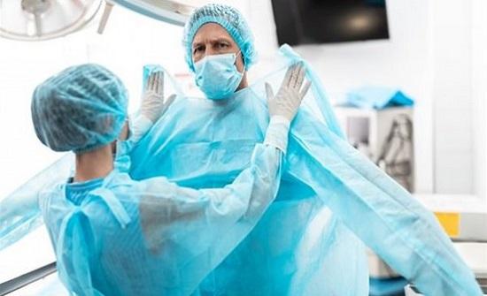 خطر الموت.. عباءات العمليات الجراحية تحمل جرثومة فتاكة لا يمكن للكلور قتلها