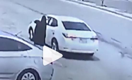 السعودية.. لص يسرق حقيبة سيدة بطريقة مروعة (فيديو)
