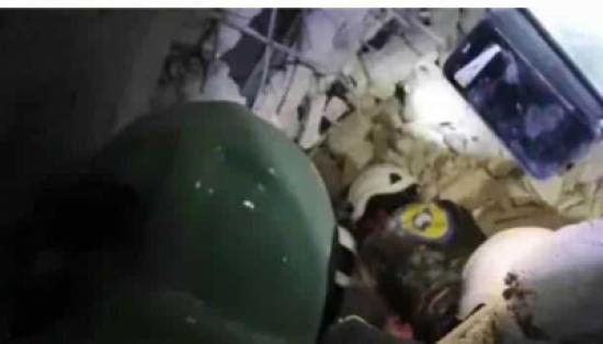 شاهد: لحظة استخراج طفلة من تحت الأنقاض على قيد الحياة في إدلب