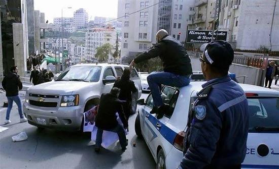 بالصور: فلسطينيون يطردون وفداً أمريكاً من بيت لحم في الضفة