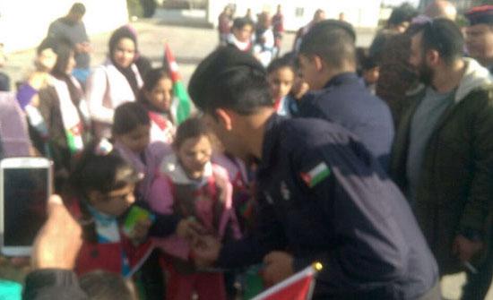 بالصور : الأمن يوزع العصير والسكاكر على أطفال  ايتام النصر في اعتصام  السفارة الأمريكية