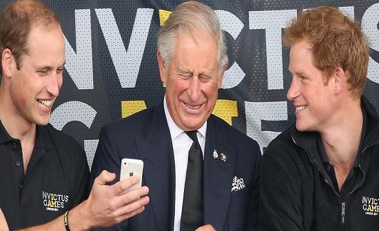 """ككل العائلات.. """"غروب"""" على """"وتساب"""" يجمع العائلة المالكة البريطانية!"""