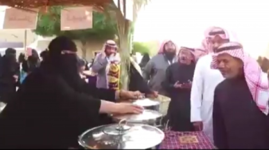 """"""" أم نايف"""" بائعة سعودية تثير الجدل بعد إغلاق محلها """" لتغزلها بأجنبي """" فيديو"""