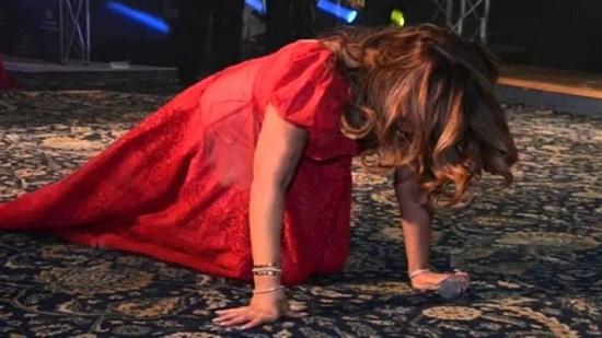 صور : سقوط متكرر وفساتين ممزقة.. مواقف محرجة تمنى النجوم أن ينساها الجمهور