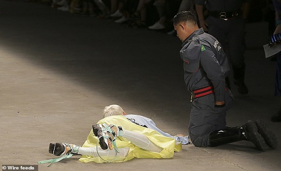 لحظة سقوط عارض أزياء ووفاته على المنصة -فيديو