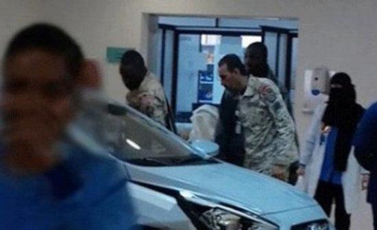 سيارة تقتحم مستشفى بالرياض - فيديو