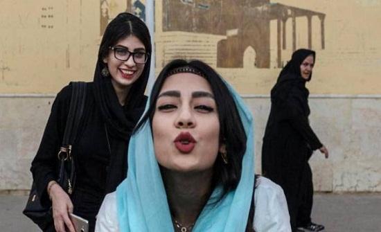 خبيرة إيرانية تنصح النساء في إيران بتقبيل أقدام الرجال اذا تعرضن للضرب