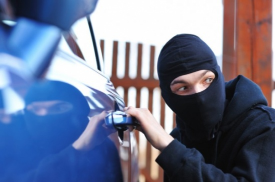 بالصورة: تنكّر بلباس ديني لتغطية عمليات سرقة السيارات.. هل وقعتم ضحيّته؟