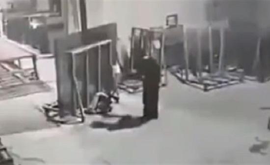 عامل ينقذ حمولة من السقوط فتسحقه (فيديو)