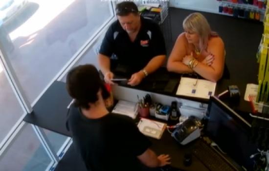 بالفيديو: مجدداً .. هاتف أيفون ينفجر في يد صاحبه