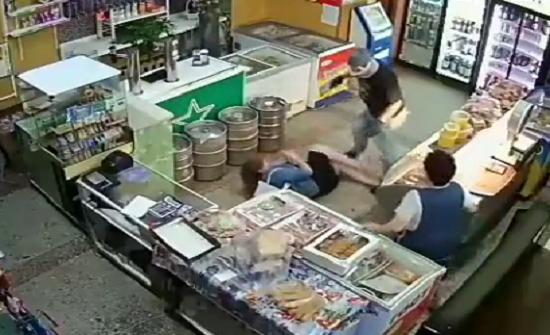 بالفيديو : لحظة اقتحام لص مسلح لماركت وإصابة سيدتين