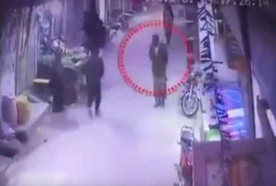 فيديو جديد.. مغتصب وقاتل زينب يظهر بملامح أكثر وضوحاً