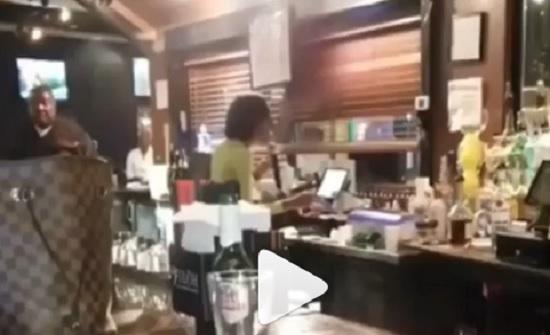نادلة في مقهى تجذب انتباه المشاهير بصوتها
