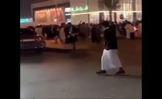 لحظة هروب فتاة من شباب حاولوا التحرش بها في الرياض (فيديو)